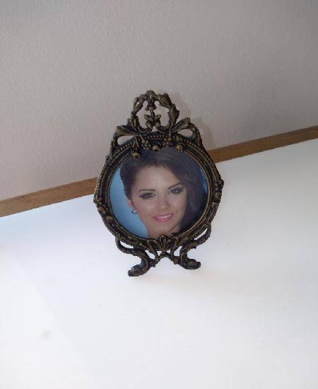 Porta fotografias em bronze moldado, redondo