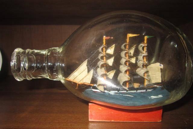 garrafa de vidro com barco dentro caravela