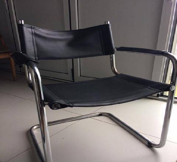 Conjunto de 5 cadeiras clássicas em couro genuino.