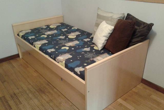 Cama e cabide quarto de criança