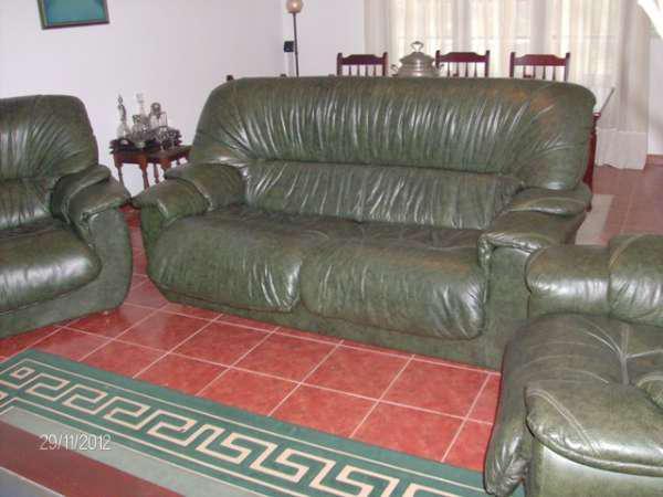 Conjunto sofá e maples em pele cor verde-garrafa em cartaxo