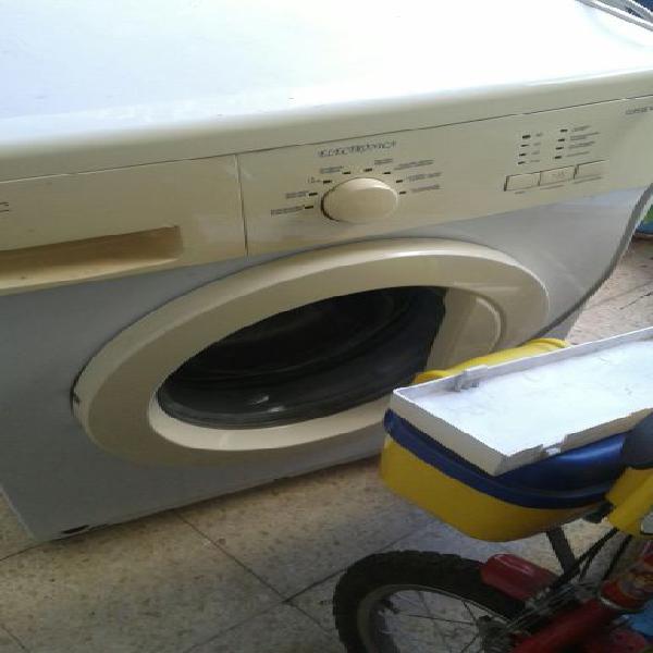 Máquina de lavar roupa avariada