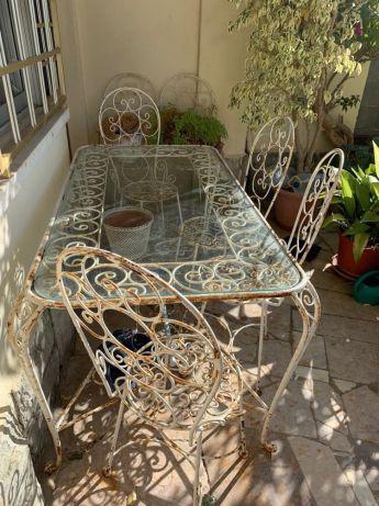 Mesa de jardim com cadeiras