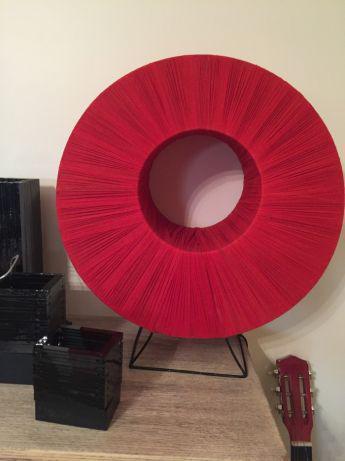 Candeeiro de mesa em tecido vermelhoperfeitas condições