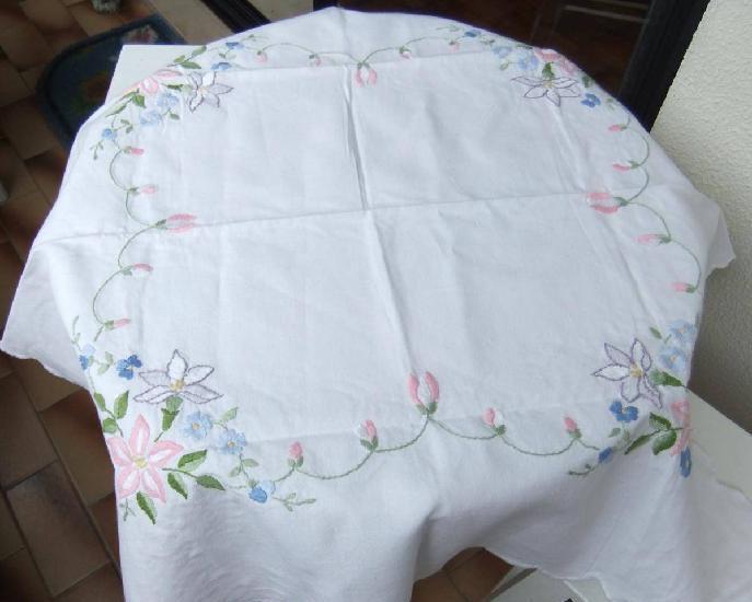 Toalhas de mesa crochet ou bordadas