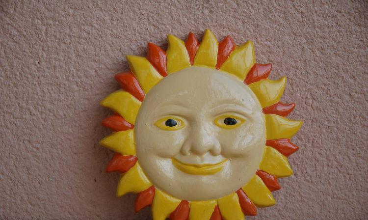 Aplique em gesso para pendurar motivo Sol em gesso
