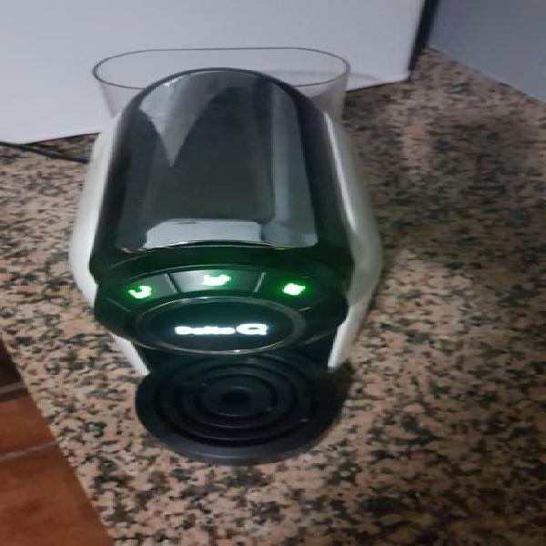 Máquina café cápsulas da delta q em branco e preto