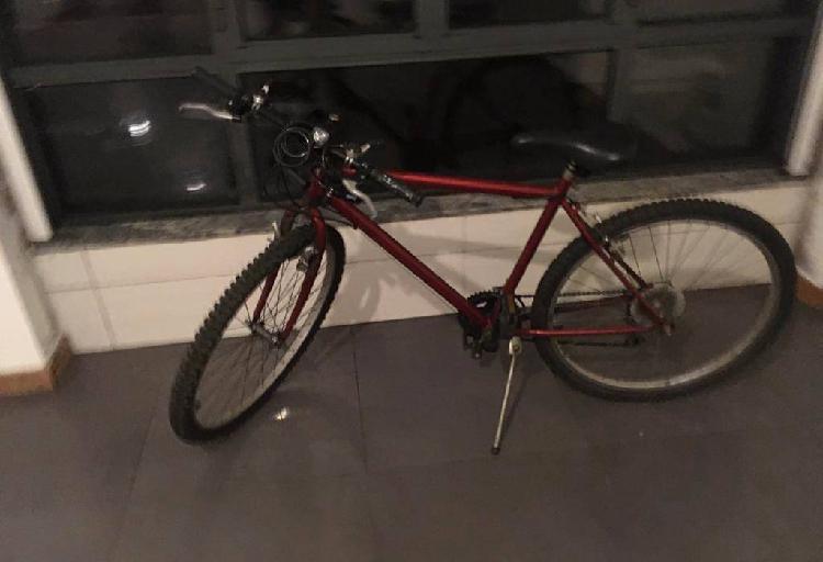Bicicleta aro 24 com capacete e cadeado/corrente