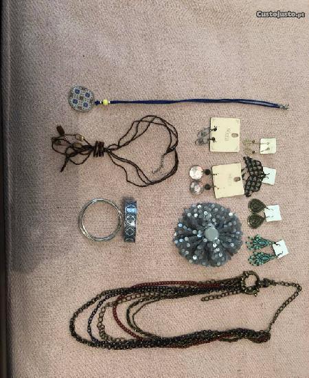 Conjunto de brincos, colares e pulseiras
