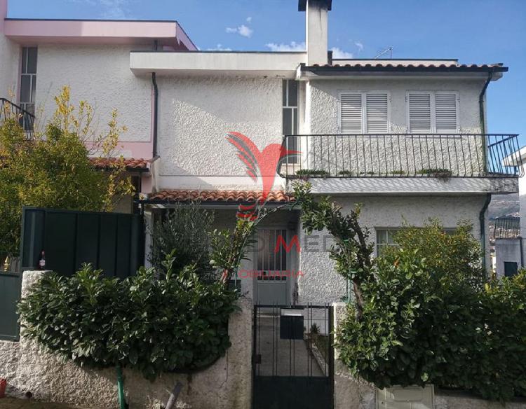 Casa triplex com garagem, jardim e terraço no centro de