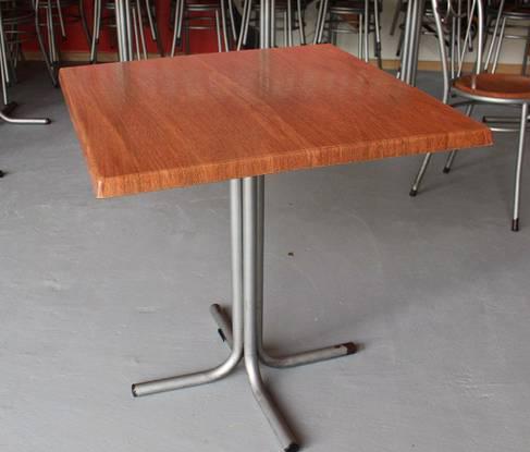 Mesa quadrada em metal e madeira