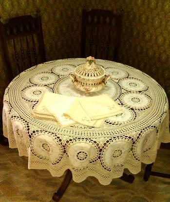 Toalha redonda artesanal em linho fino e crochet
