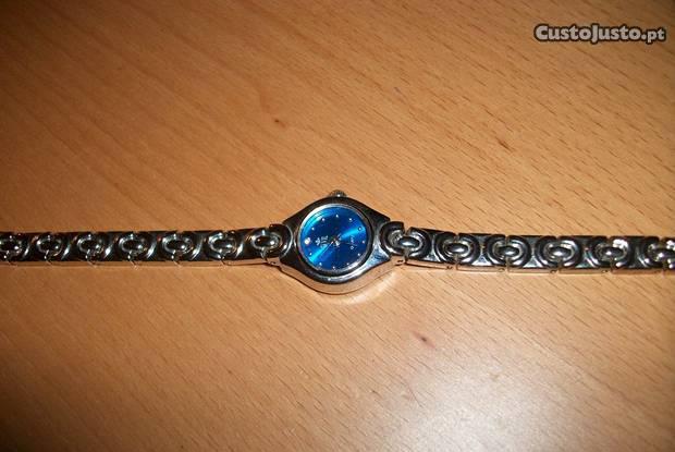 Relógio de senhora dos anos 70 a funcionar.