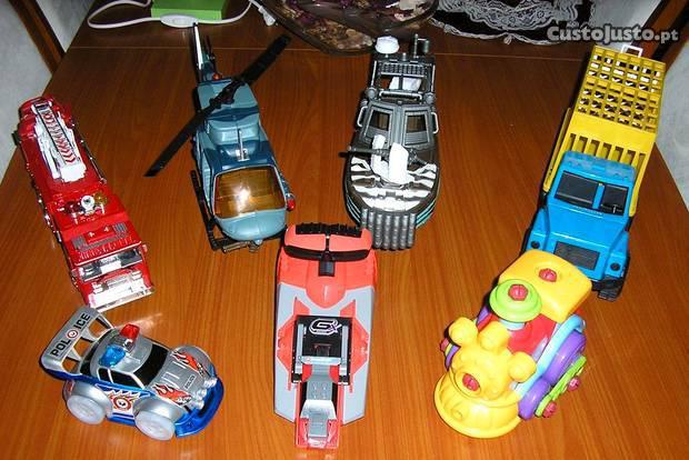 Vários brinquedos (meios de transporte)