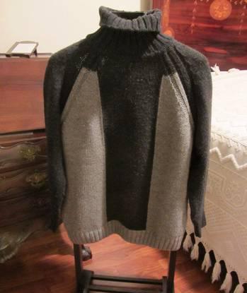 Camisola de malha cinzenta e preta