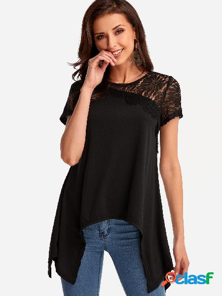 O laço preto detalha em volta do pescoço hem irregular t-shirts