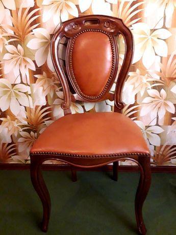 Cadeiras em pele e madeira maciça trabalhada
