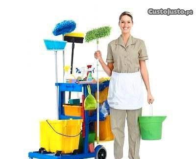 Senhora responsável efetua serviços de limpeza