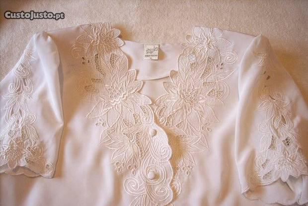 Camisa bordada cor branco e tamanho xl