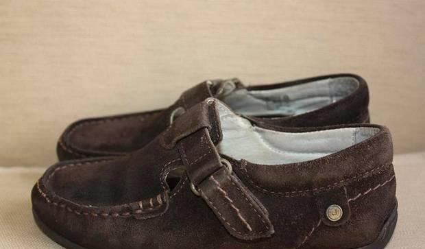 Sapatos castanhos em camurça tamanho 29