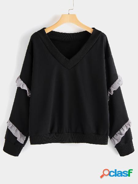 O folho preto do decote em v apara a camisola