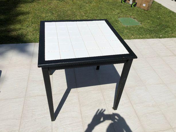 Mesa quadrada com revestimento em azulejo branco