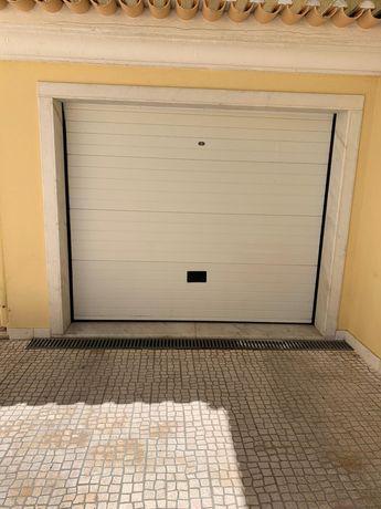 Portão de garagem com motor