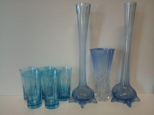 Antigos copos biselados e jarras em vidro azul
