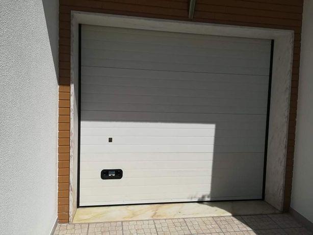 Portão de garagem branco