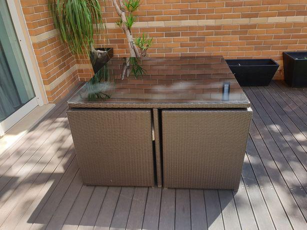 Mesa quadrada em ratan, para 8 pessoas