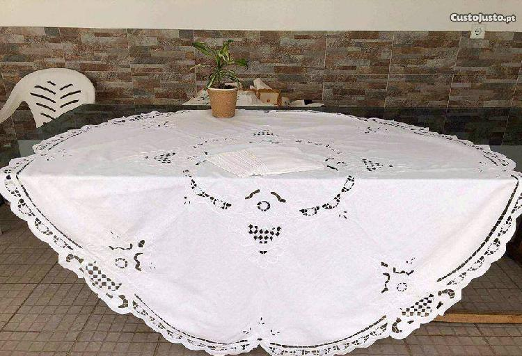 Toalha de mesa, linho grosso, bordada manualmente