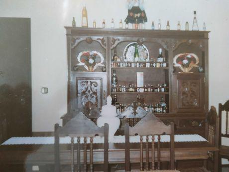 Móvel, mesa de sala e cadeiras