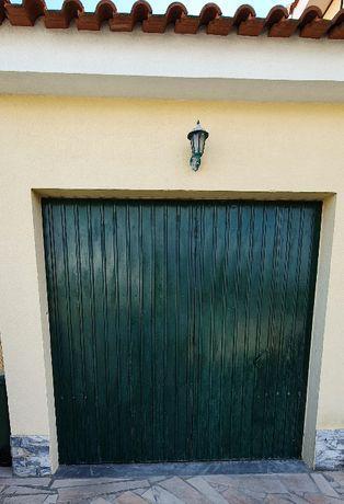 Portão de garagem basculante verde