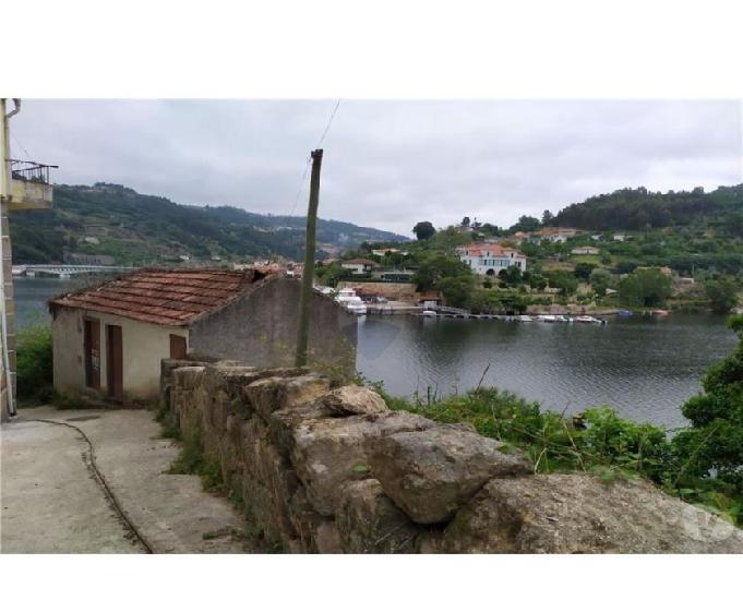 Casa única à beira do rio bestança e rio douro.