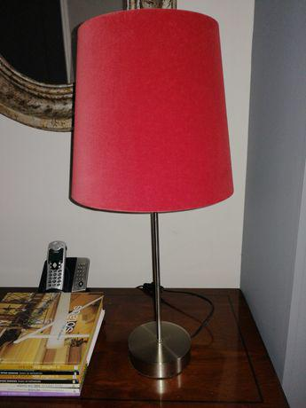 Candeeiro de mesa com abajur vermelho