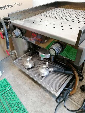 Máquina de café com moinho.