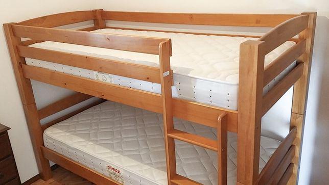 Beliche de madeira com colchões