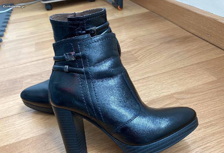 Botas pretas de mulher tamanho 35 em pele.