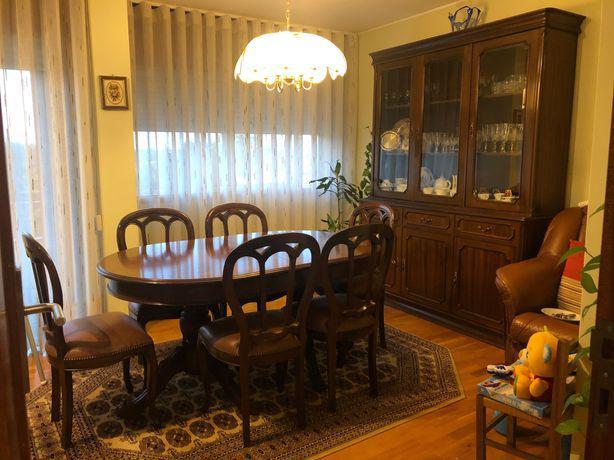 Móvel sala, sofá em pele, mesa de sala e cadeiras