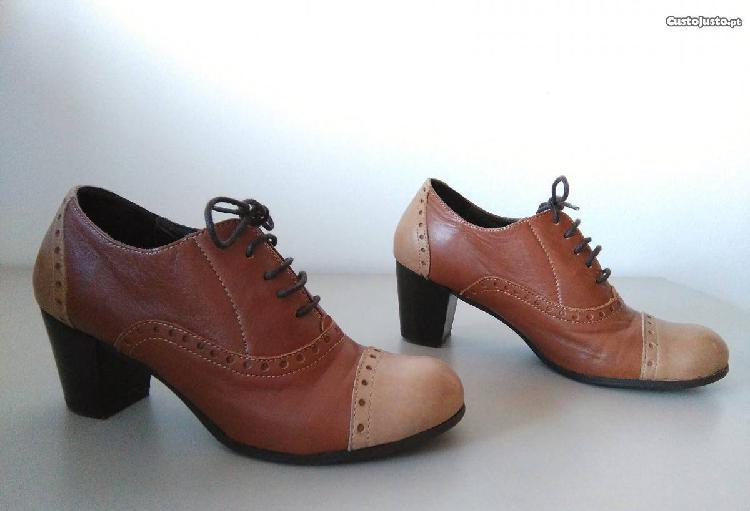 Sapatos tamanho 38, em dois tons de castanho