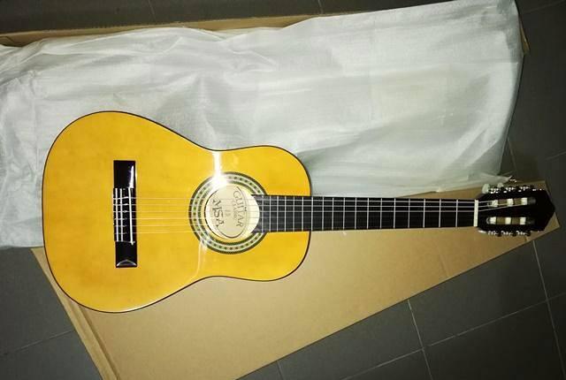 Guitarra clássica 1/4 de crianças de cor castanha