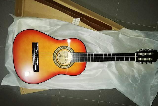 Guitarra clássica 1/4 de crianças de cor sunburst