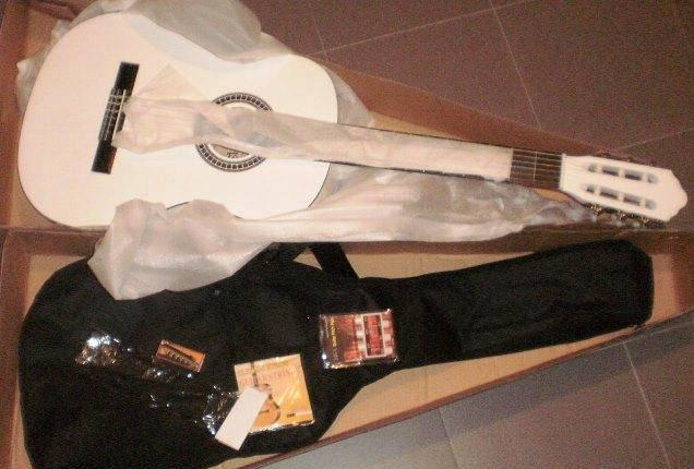 Guitarra clássica 3/4 de crianças de cor branca