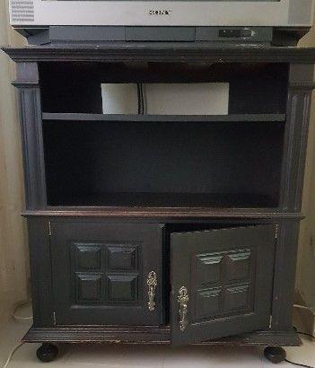 Móvel de televisão com duas portas, em madeira