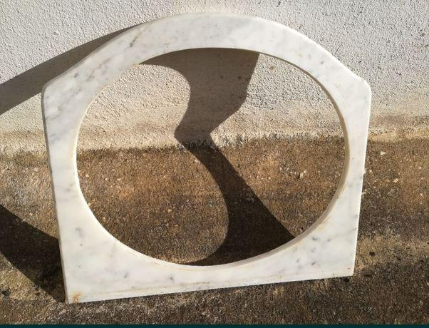 Pedra mármore com abertura para lavatório