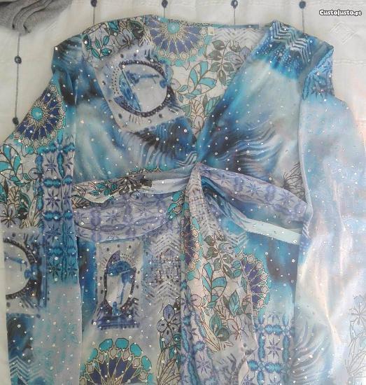 Camisola azul com brilhantes