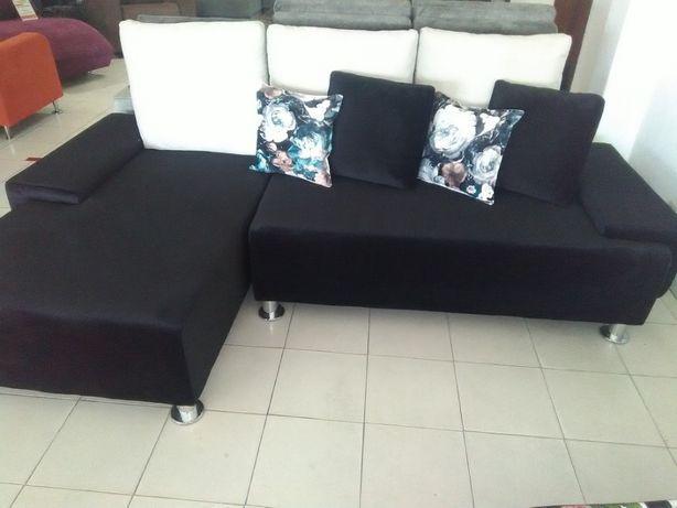 Sofá preto moderno com um lindo padrão de flores 1