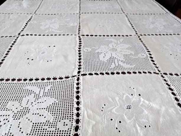 Toalha de mesa feita à mão. linho, croché e bordado.