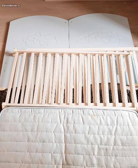 Berço, cama para bebé com colchão.