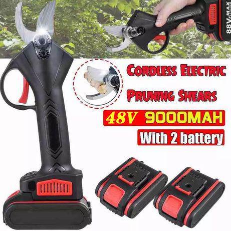 Tesoura de poda eléctrica com duas baterias.